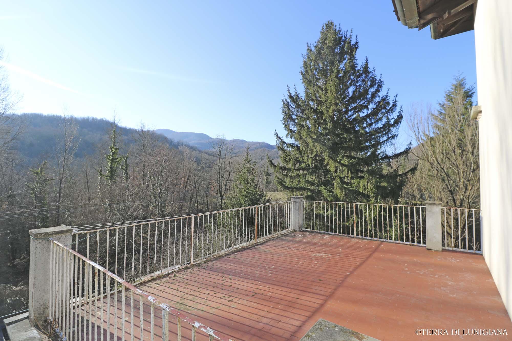 CASA DEL FIORONE – Rustico in Pietra con Giardino e Garage