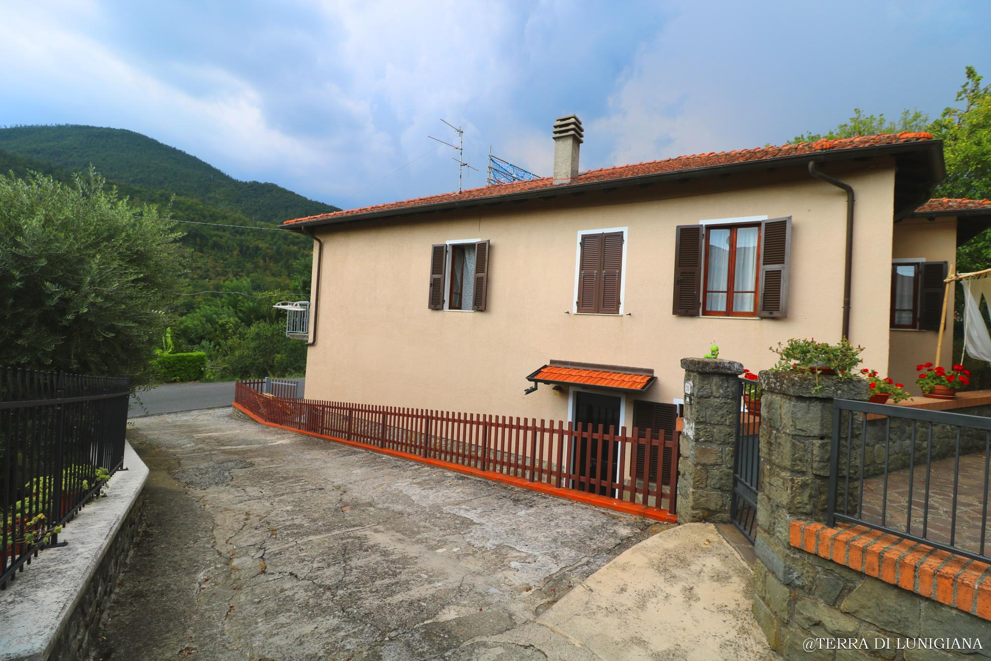 LA BOTTEGA – Large Country House with Garden and Terrace